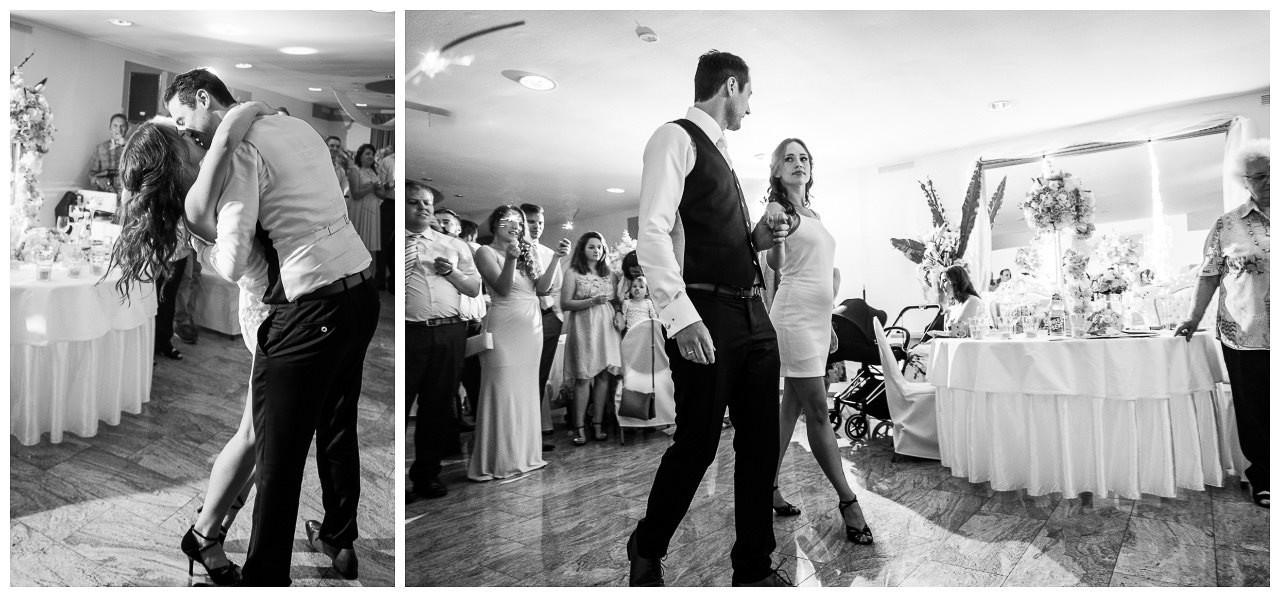 Das Brautpaar tanzt den ersten Tanz.