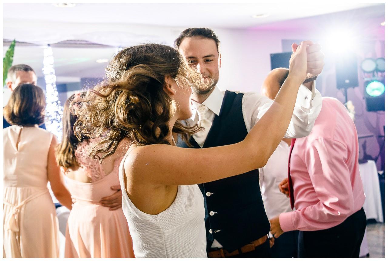 Der Brautigam dreht die Braut beim Paartanz.
