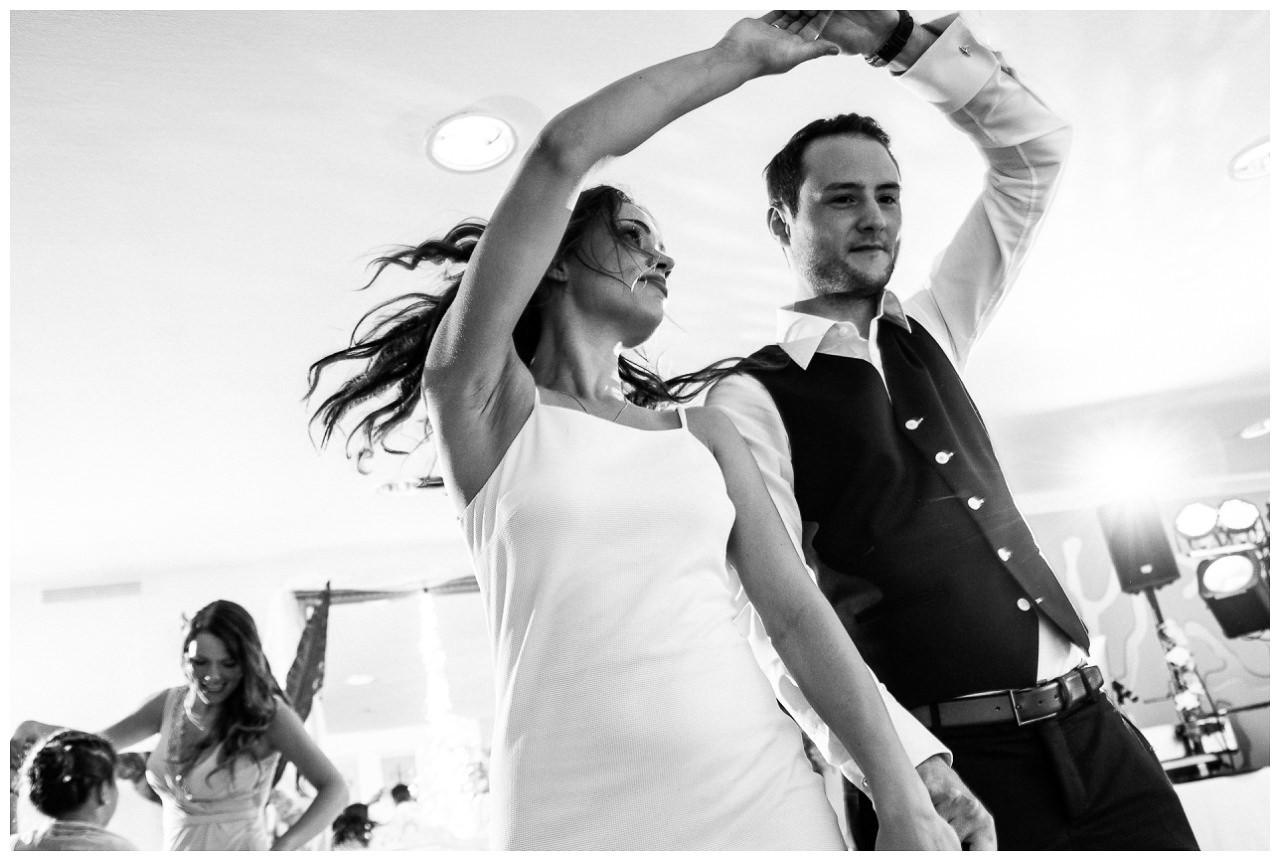 Brautpaar tanzt den Hochzeitstanz.