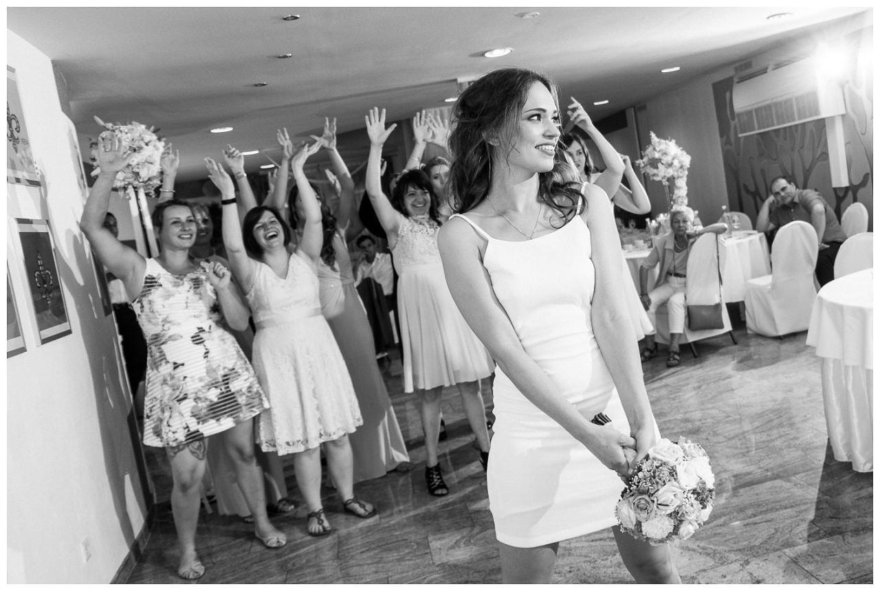 Die Braut wirft den Brautstrauß.