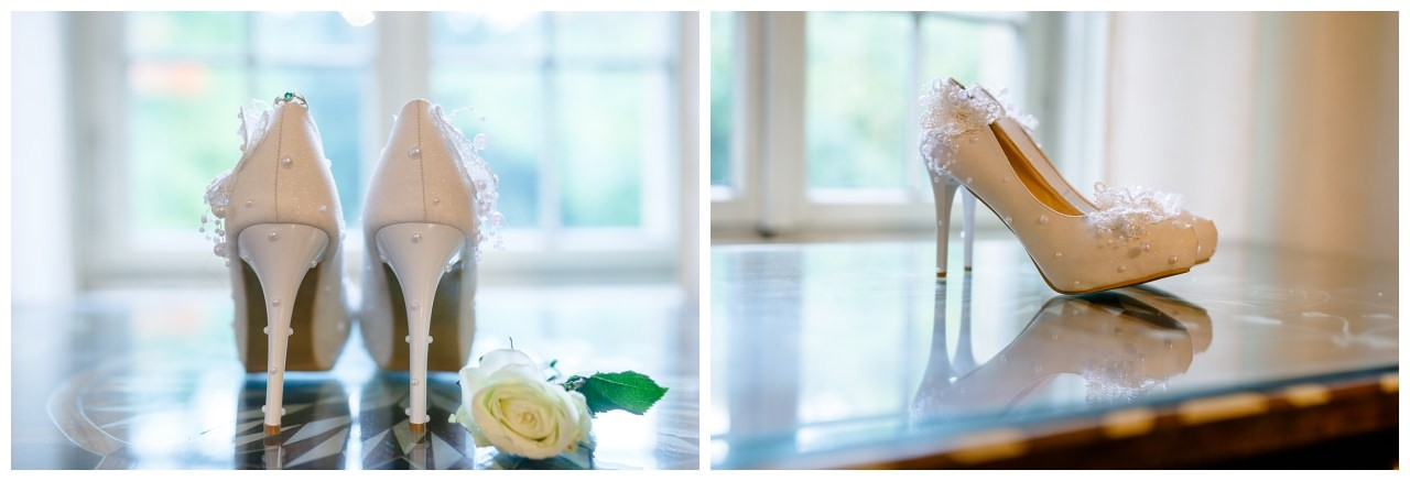 Brautschuhe mit Verlobungsring.