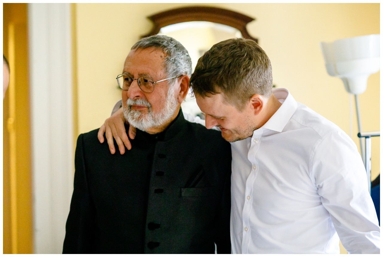 Der Bräutigam umarmt seinen Vater.