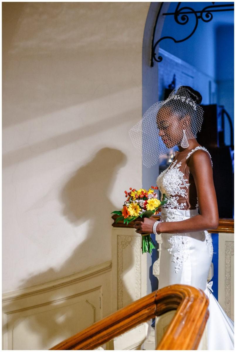 Die Braut läuft die Treppe herunter.