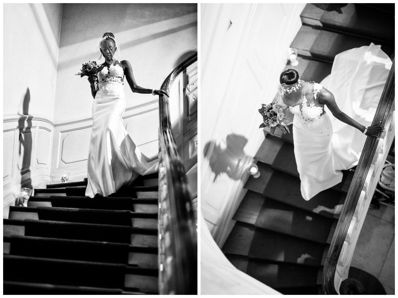 Die Braut läuft die Treppe zur freien Trauzeremonie herunter.