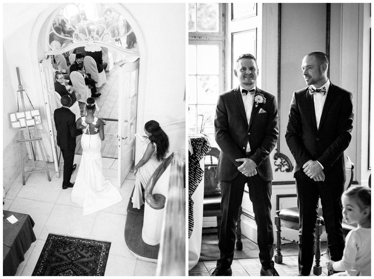 Bräutigam und Trauzeuge warten am Altar auf die Braut.