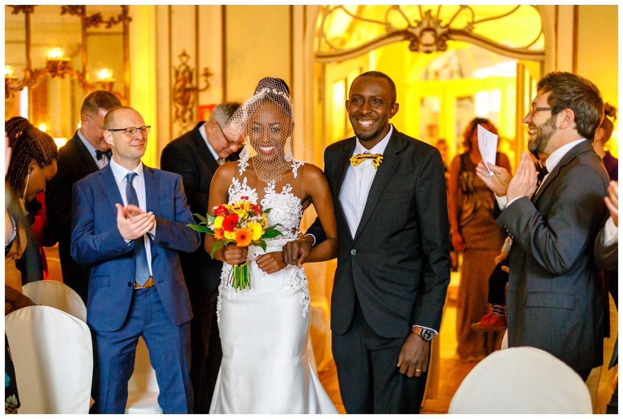 Die Braut wird von ihrem Bruder hereingeführt.