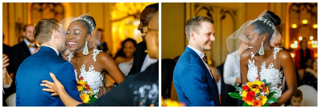 Braut und Bräutigam sehen sich zum ersten Mal vor dem Altar.