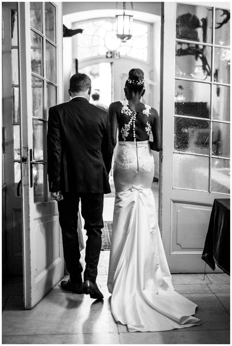 Braut und Bräutigam verlassen die Kirche.