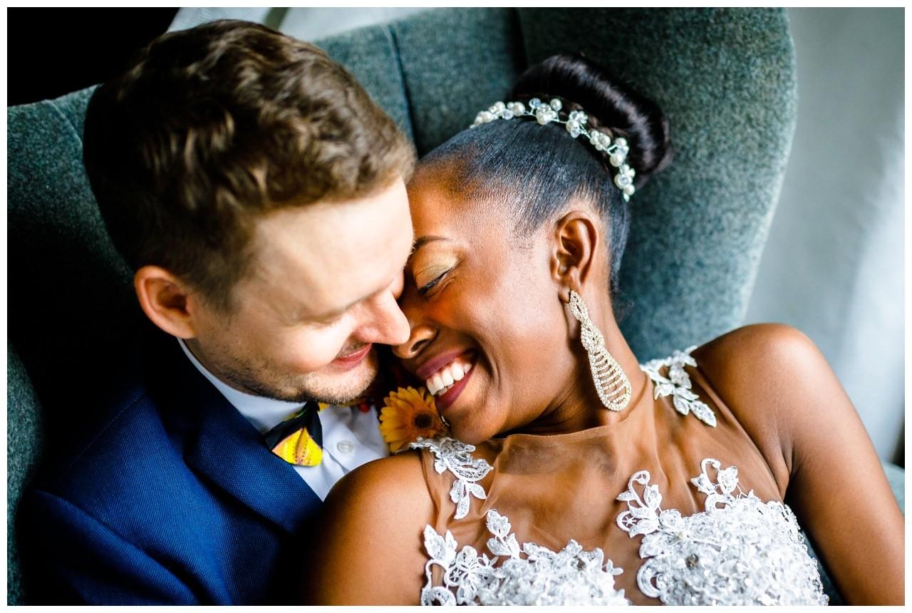 Hochzeitsfotos, das Brautpaar kuschelt sich aneinander.
