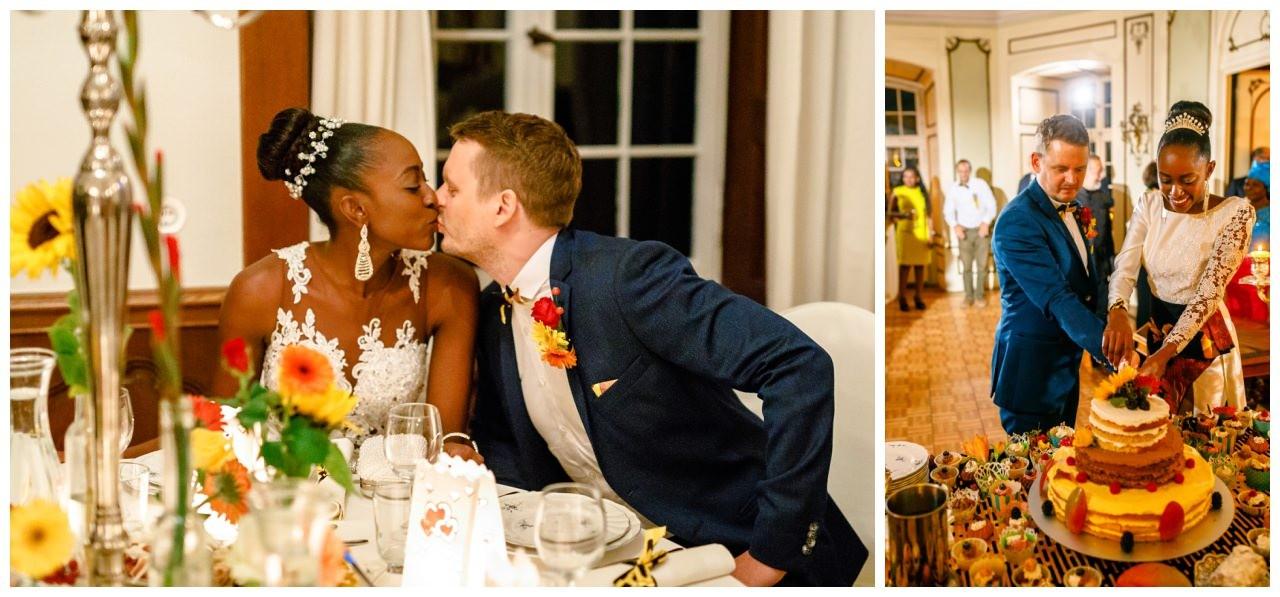 Das Brautpaar gibt sich einen Kuss.
