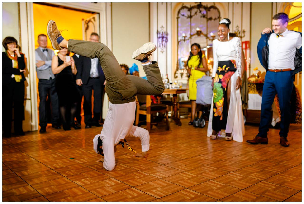 Breakdanceeinlage als Überraschung auf einer Hochzeit.
