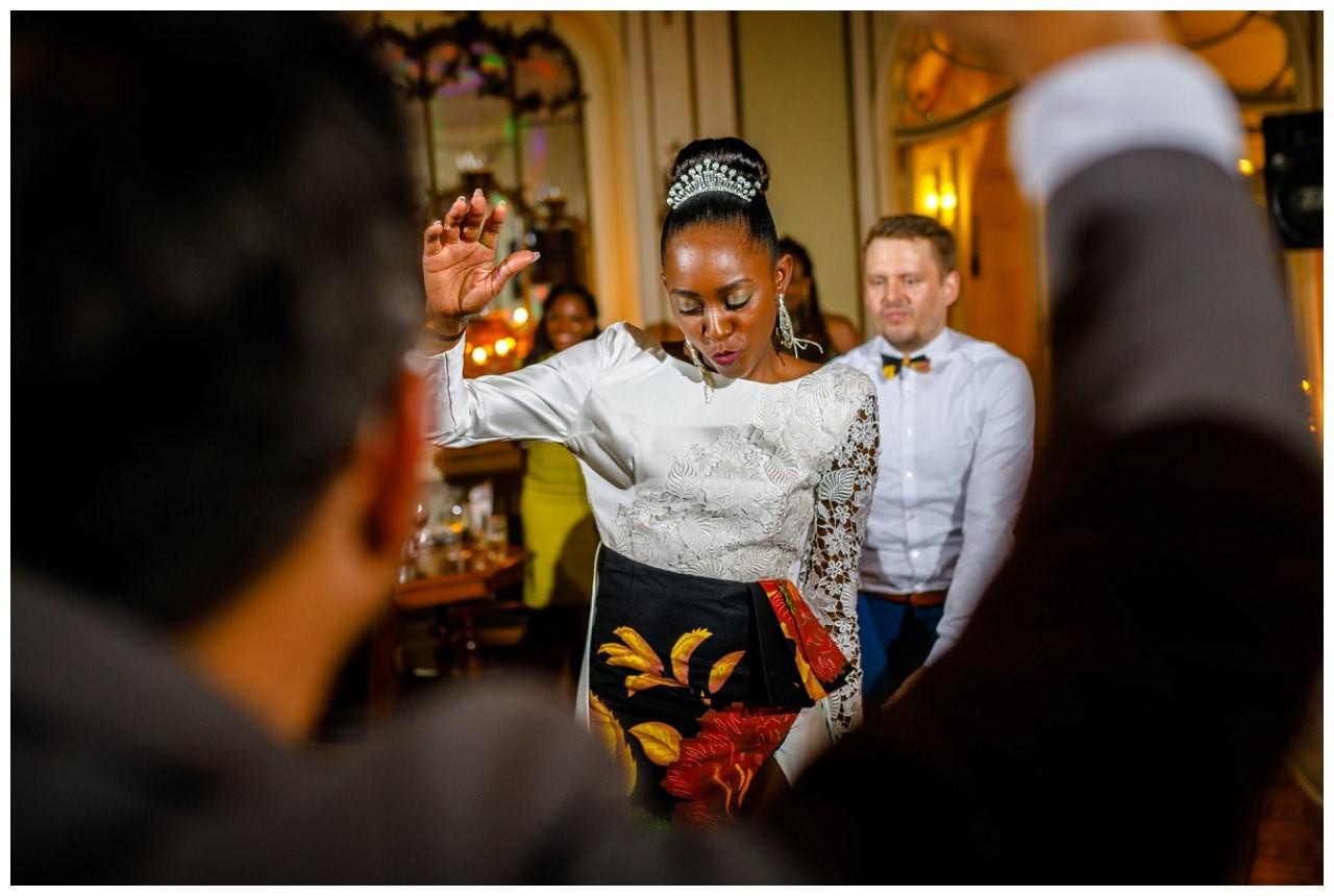 Braut und Bräutigam tanzen ausgelassen auf der Hochzeitsfeier.