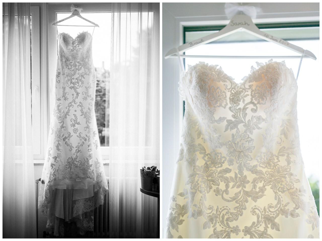 Das Brautkleid im Mermaid Stil hängt am Fenster.