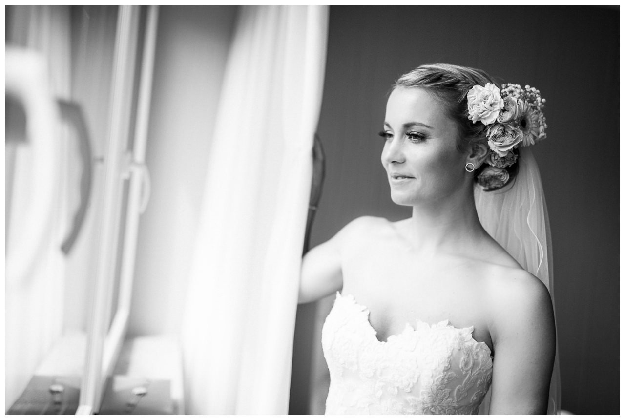 Getting Ready Braut, die Braut schaut verträumt aus dem Fenster.
