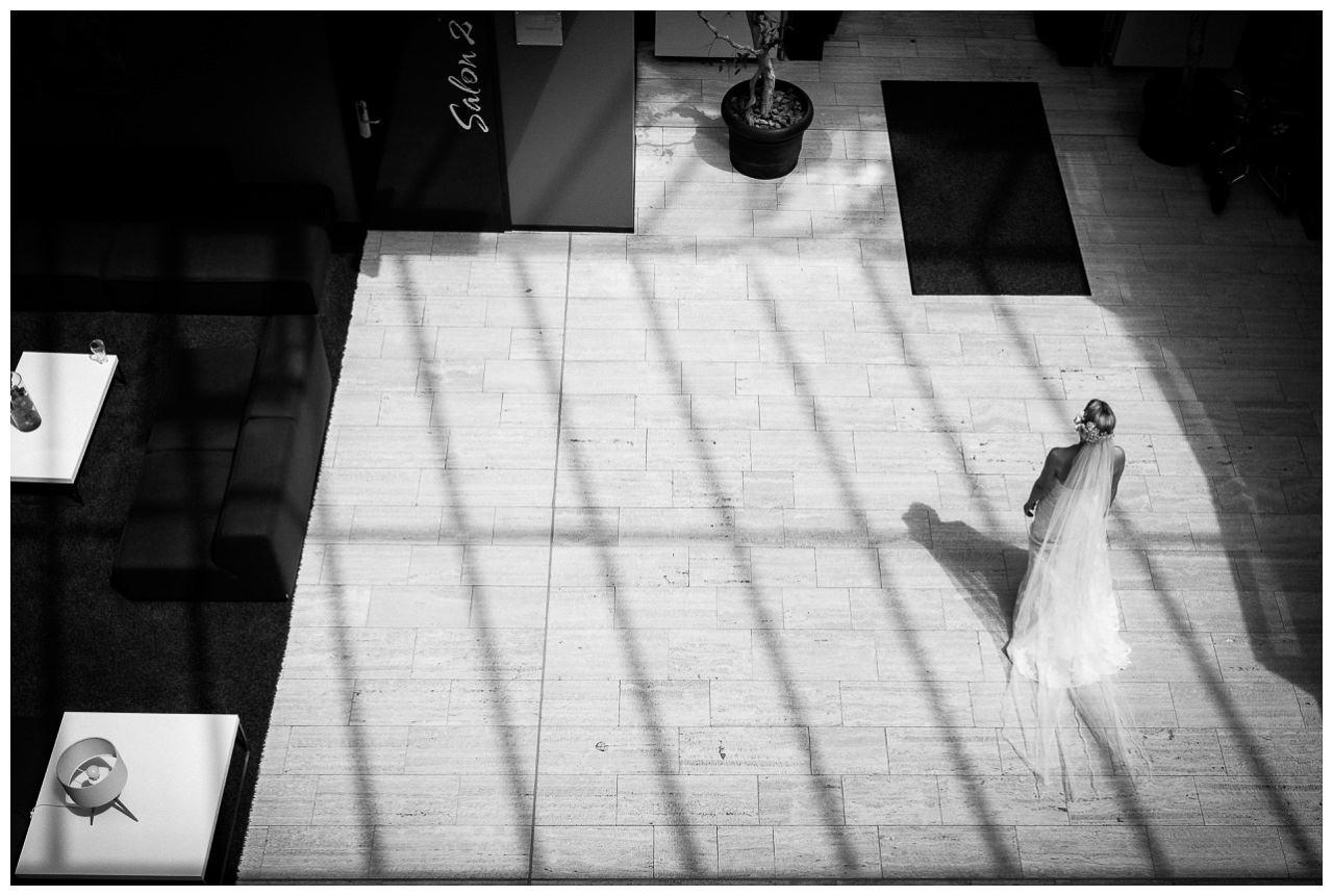 Die Braut ist von oben zu sehen wie sie das Hotel verlässt.