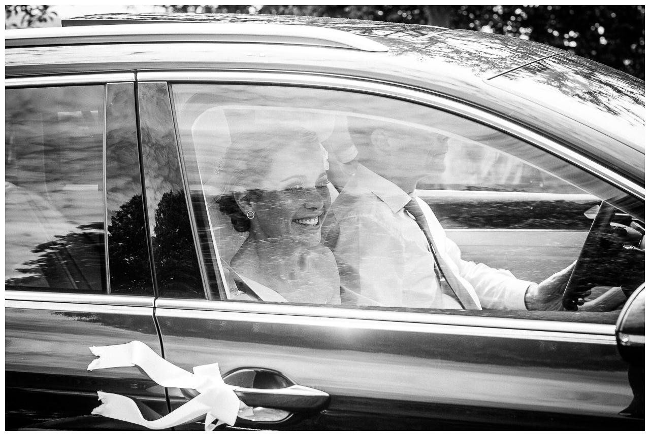 Die Braut kommt im Brautauto vor der Kirche an.