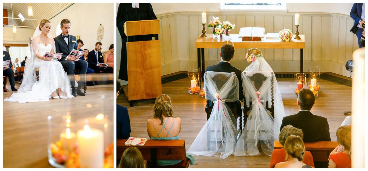 Kirchliche Trauung; das Brautpaar sitzt vor dem Altar.