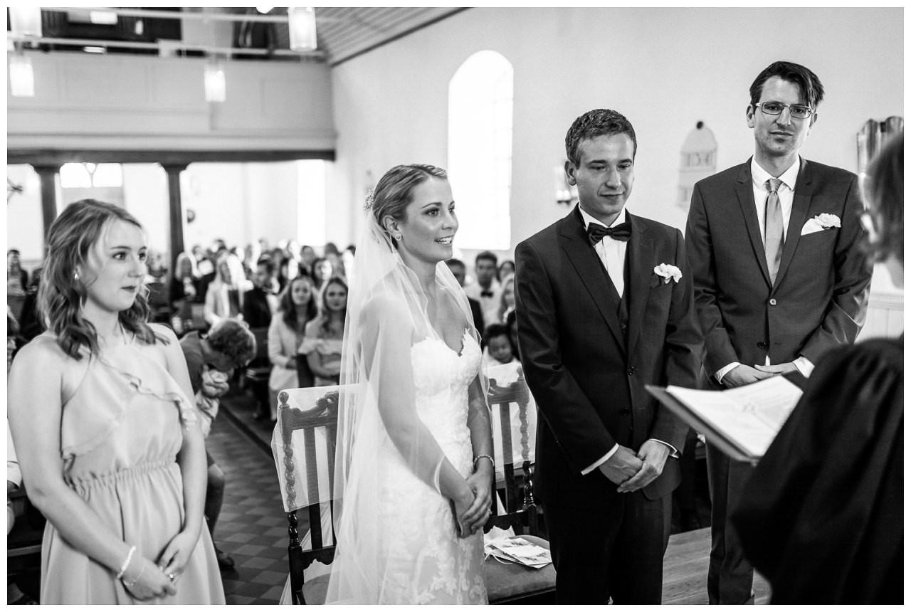 Kirchliche Trauung in Velbert, das Brautpaar während des Ja-Worts.