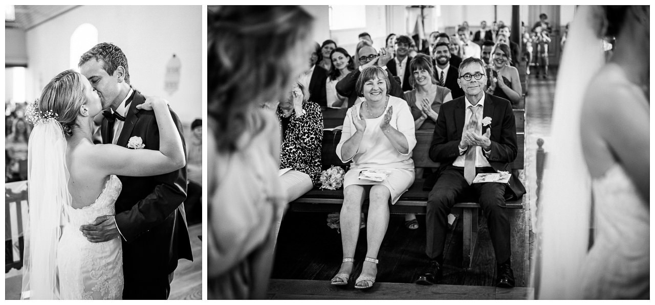Kirchliche Trauung in Velbert, die Brauteltern applaudieren begeistert.