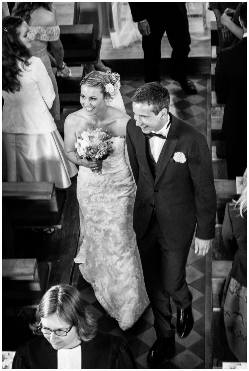 Kirchliche Trauung, Braut und Bräutigam gehen den Mittelgang entlang.