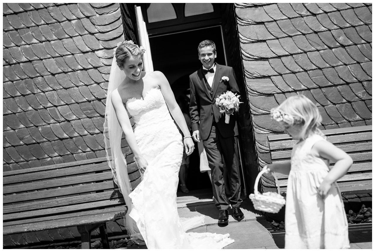 Kirchliche Trauung Velbert, Braut und Bräutigam verlassen die Kirche.