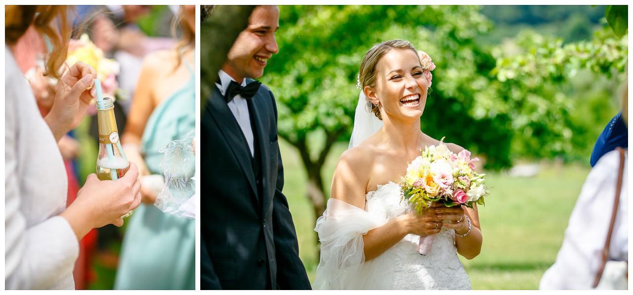 Kirchliche Trauung Velbert, die Braut strahlt über das ganze Gesicht.