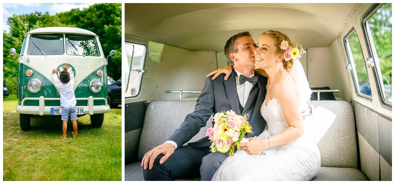 Paarshooting Hochzeit, das Brautpaar sitzt im Braut-Auto.