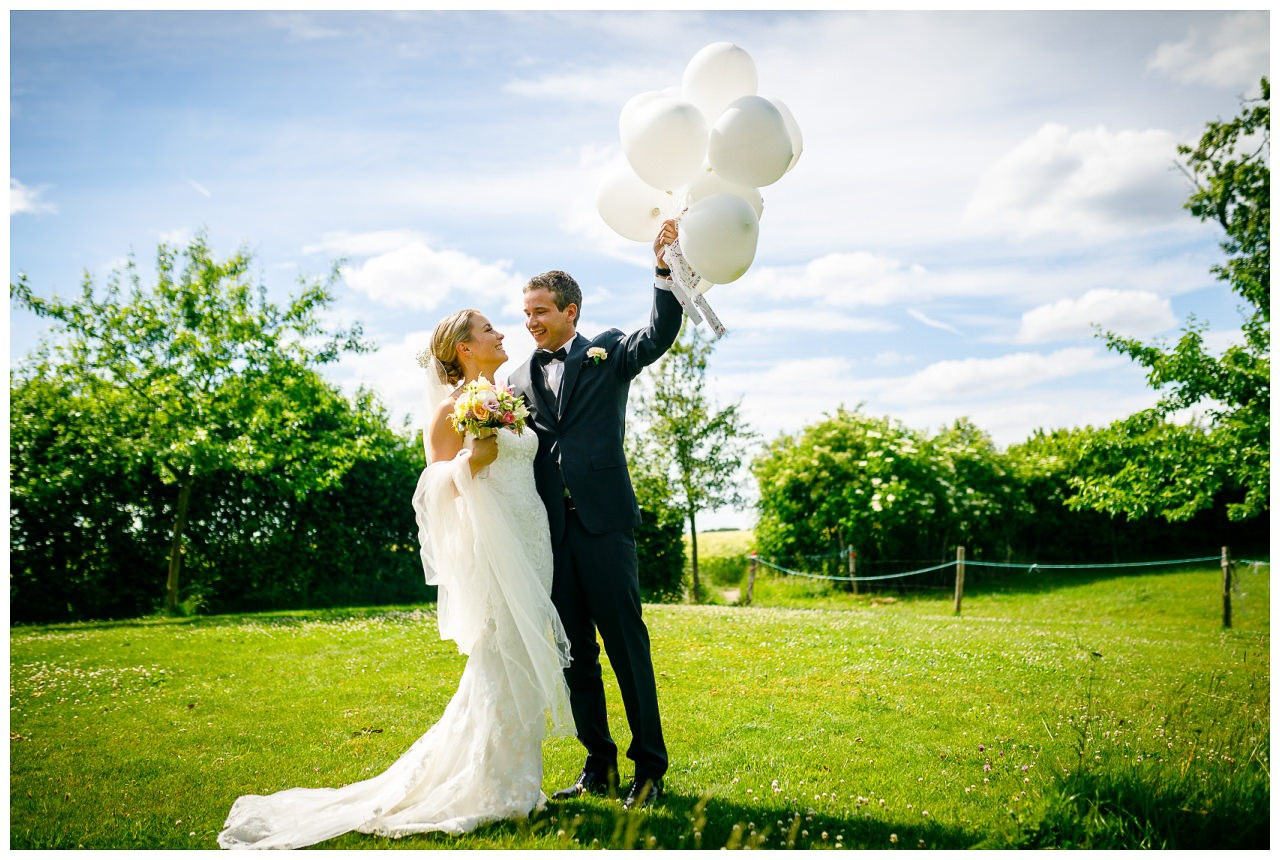 Luftballons zur Hochzeit; das Brautpaar lässt Luftballons steigen.