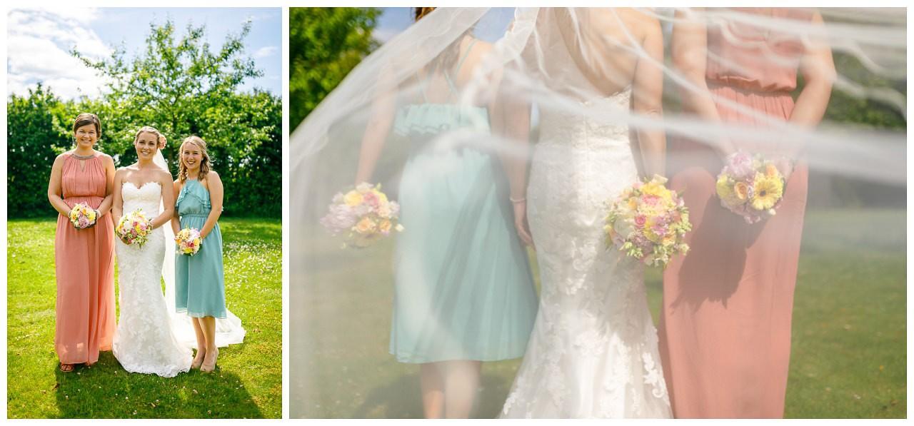 Foto Brautjungfern, die Blumensträuße sind von hinten zu sehen.