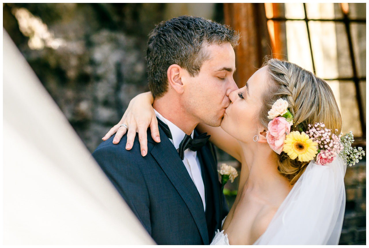 Brautpaarshooting; das Brautpaar küsst sich.