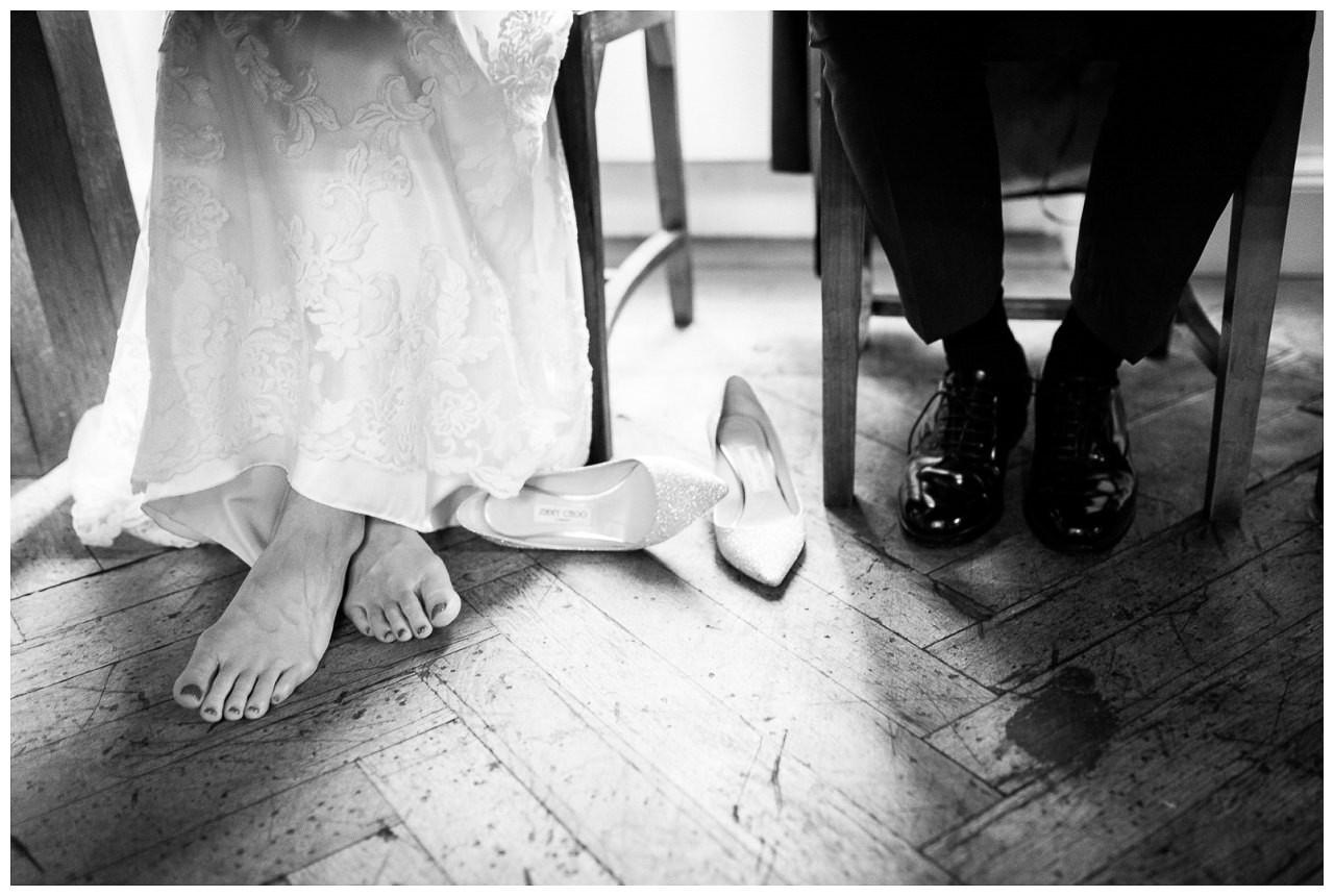 Brautschuhe abends beid er Hochzeitsfeier.