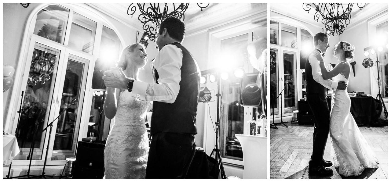 Hochzeitstanz, das Brautpaar tanzt und sieht sich verliebt an.