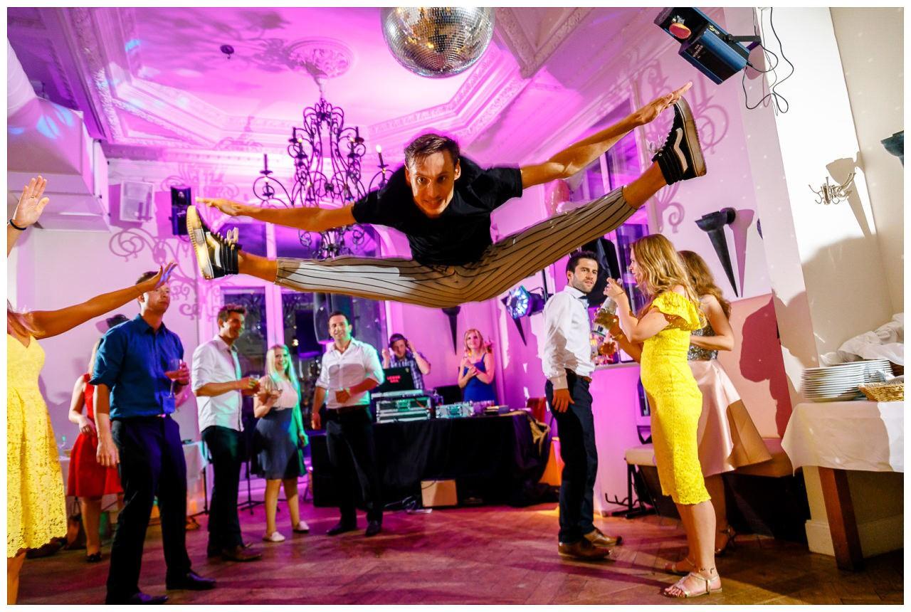 Die Gäste tanzen bei der Hochzeitsfeier.