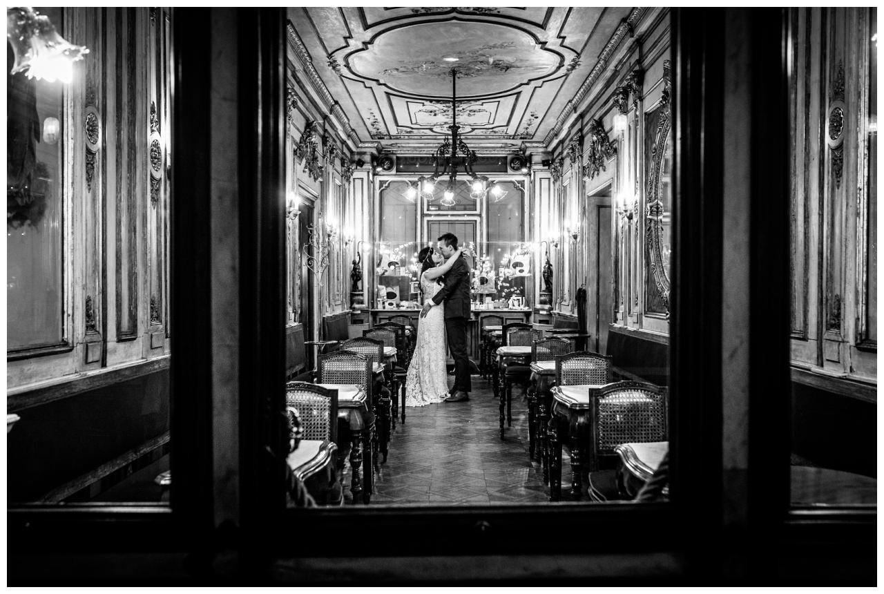 After Wedding Shooting in Venedig das Brautpaar steht im Café Florian