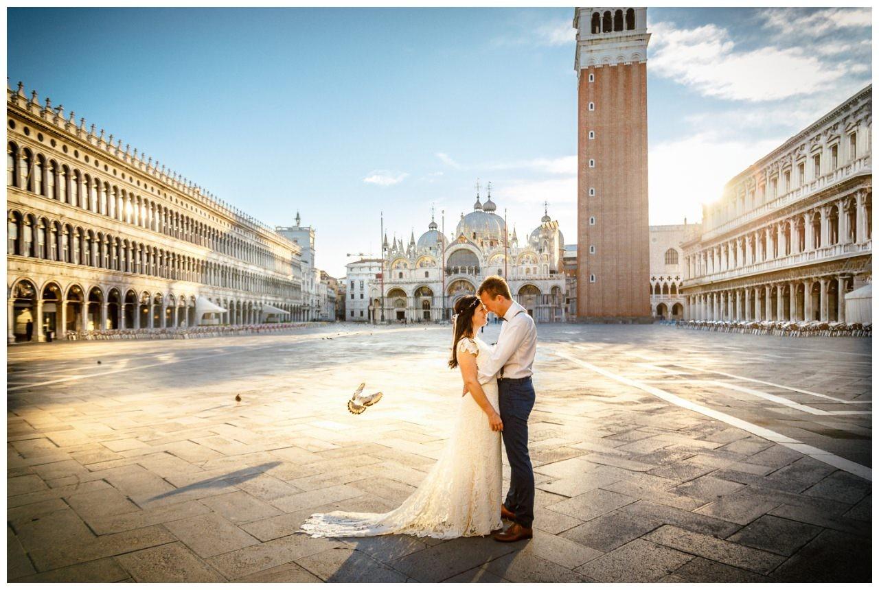 After Wedding Shooting in Venedig Sonnenaufgang am Marcusplatz, die Braut trägt ein Viktoria Rüsche Kleid