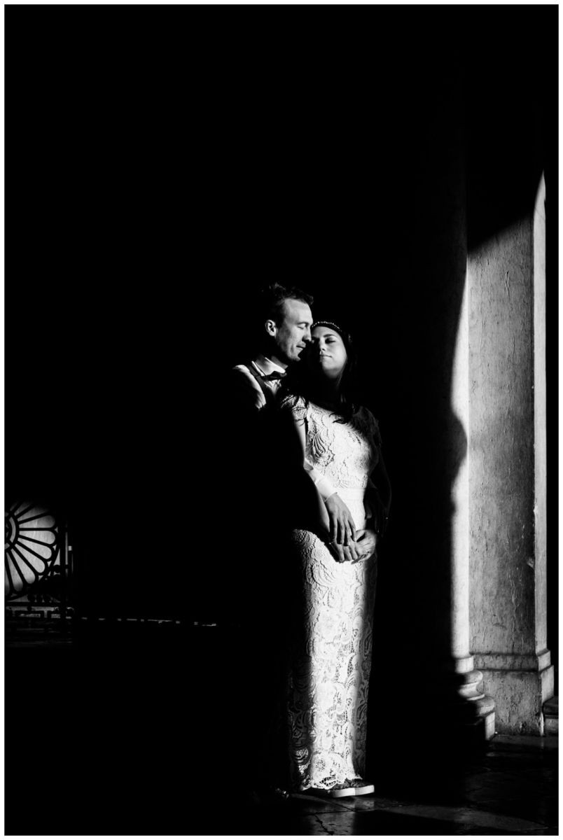 After Wedding Shooting in Venedig das Brautpaar steht im Sonnenaufgang