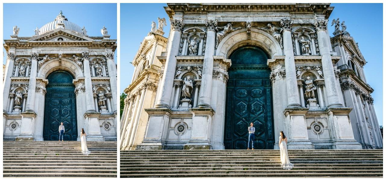 After Wedding Shooting in Venedig das Brautpaar steht vor einer imposanten Kapelle