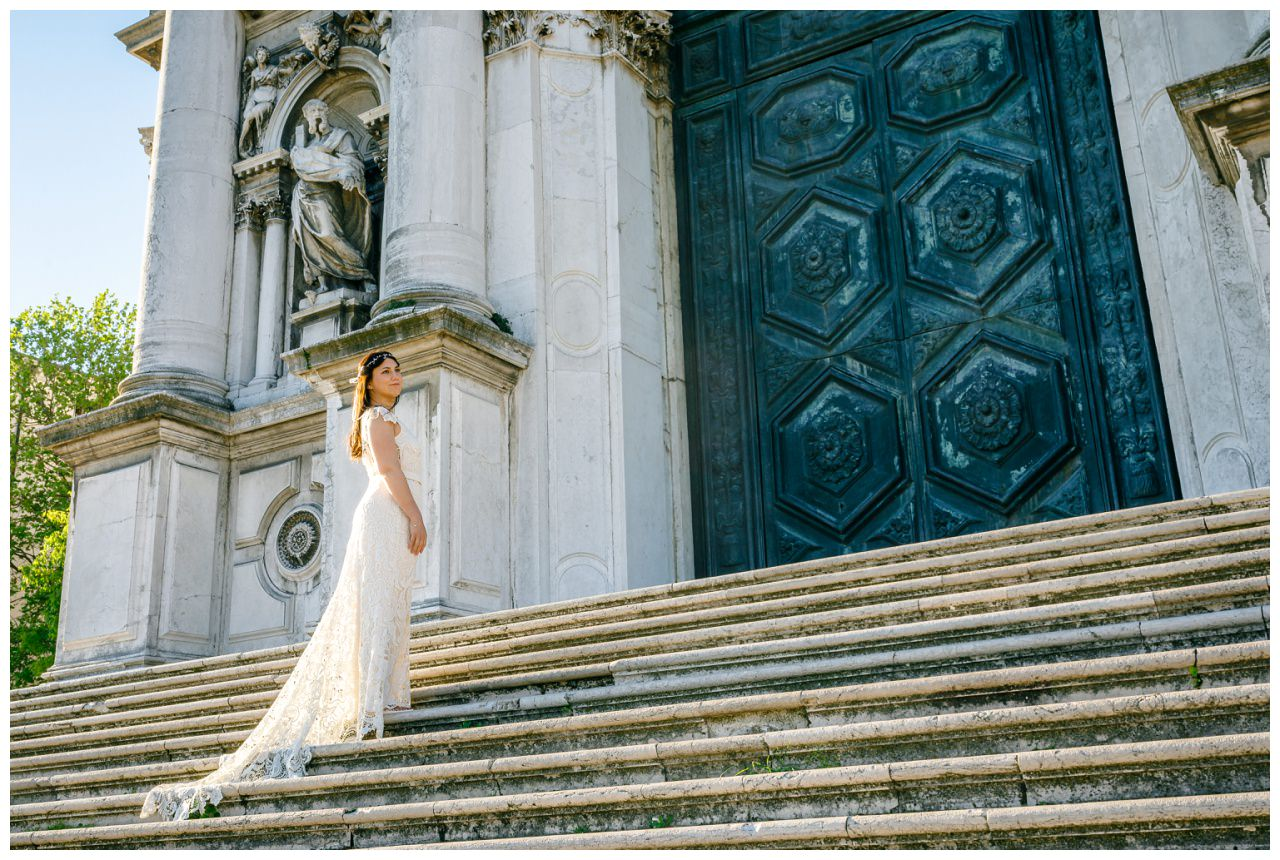 After Wedding Shooting in Venedig die Braut steht in einem Viktoria Rüsche Kleid auf einer Treppe