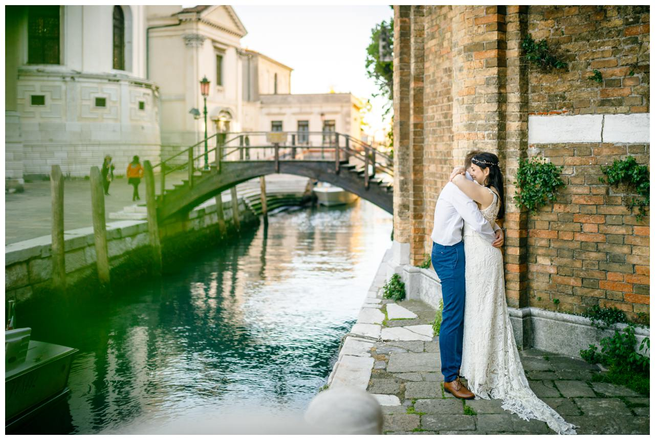 After Wedding Shooting in Venedig das Brautpaar umarmt sich