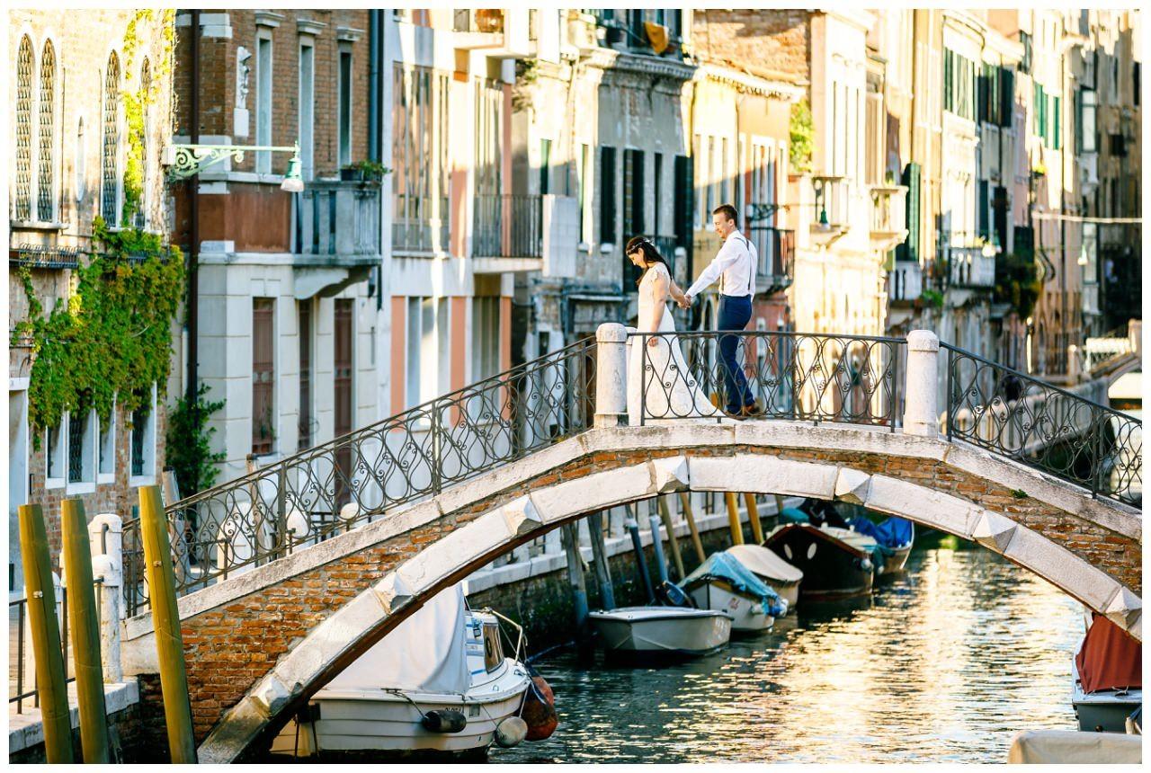 After Wedding Shooting Italien, das Brautpaar läuft über eine Brücke