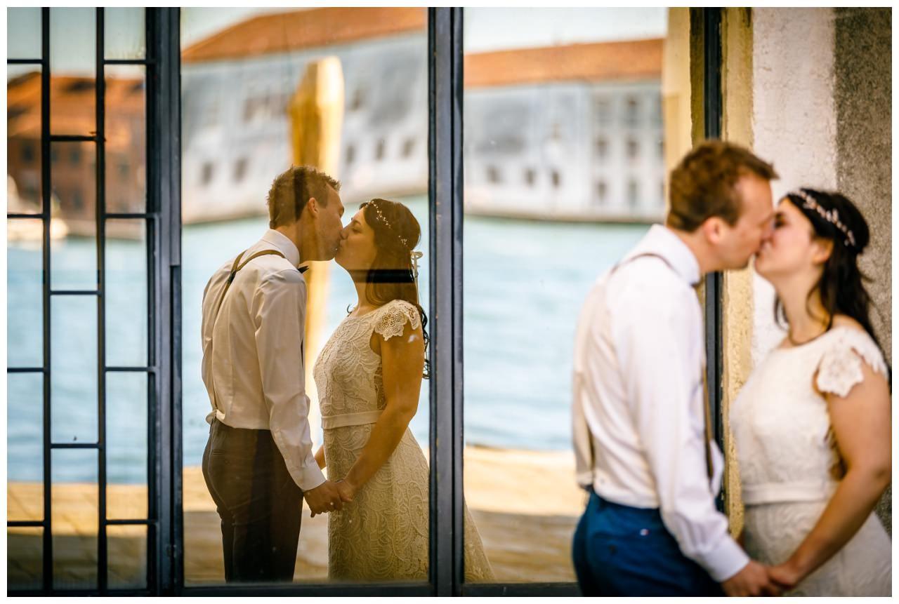 After Wedding Shooting das Brautpaar spiegelt sich in einem Fenster