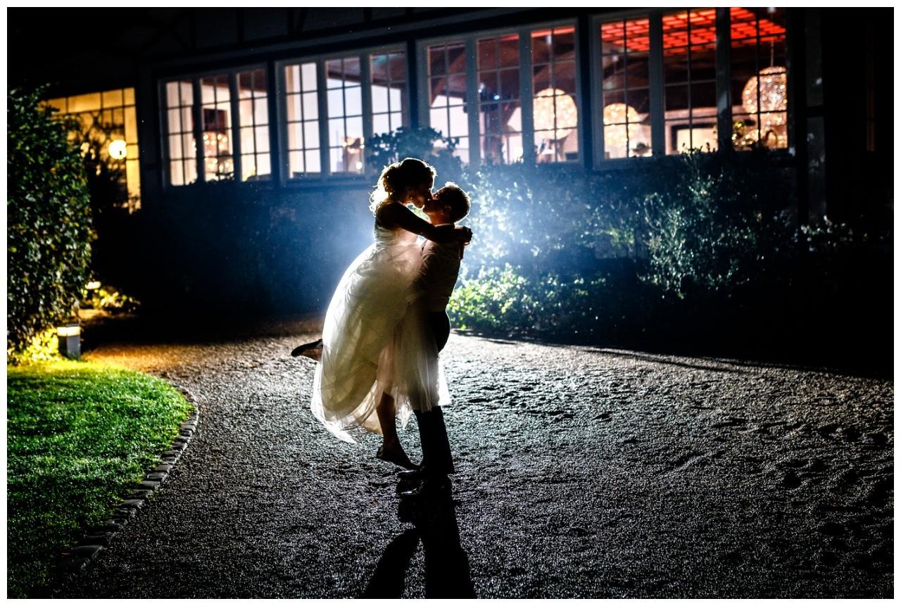 Nightshot das Brautpaar küsst sich bei der Hochzeit in der Wipperaue