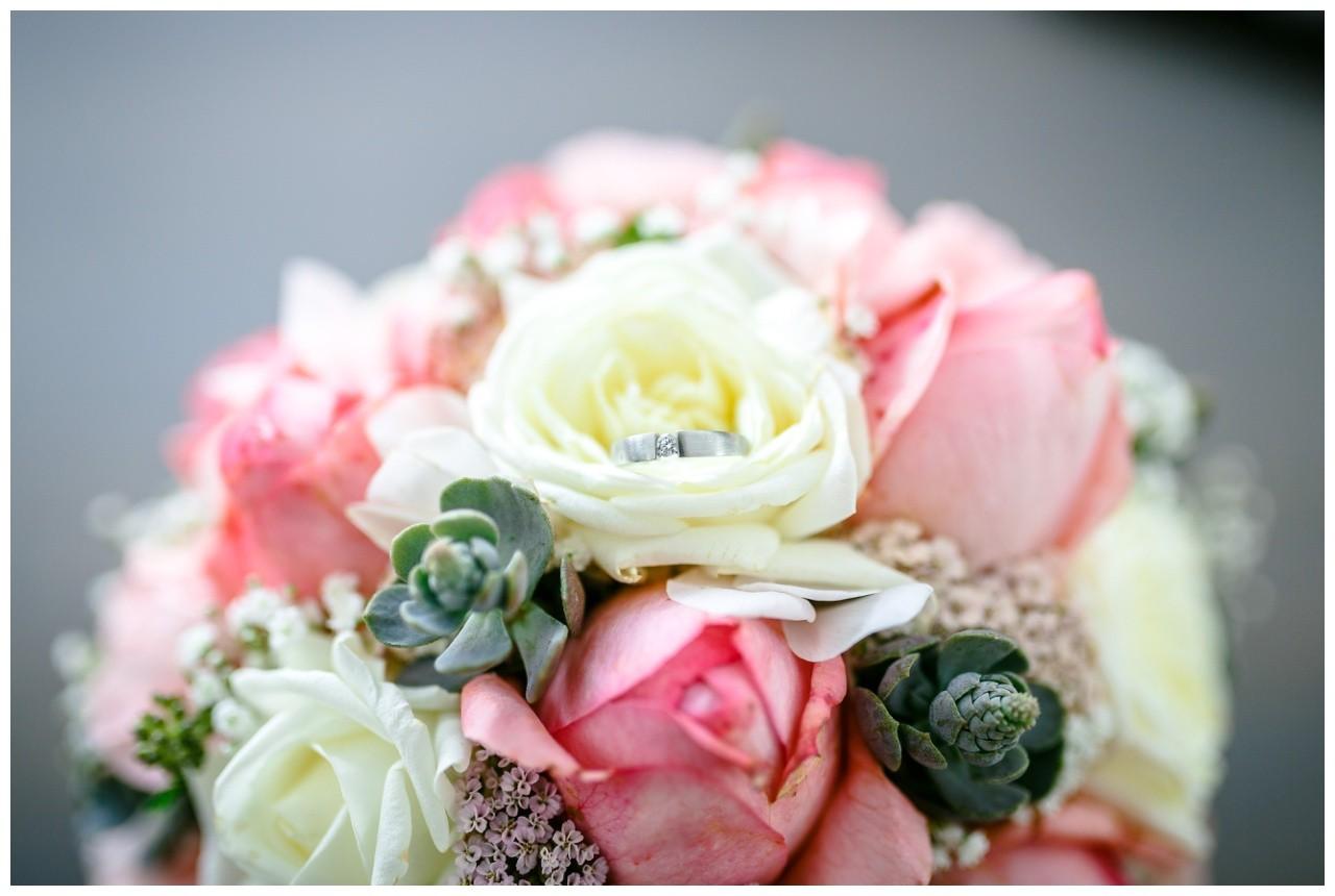 Brautstrauß mit Verlobungsring Hochzeitsfotograf Solingen