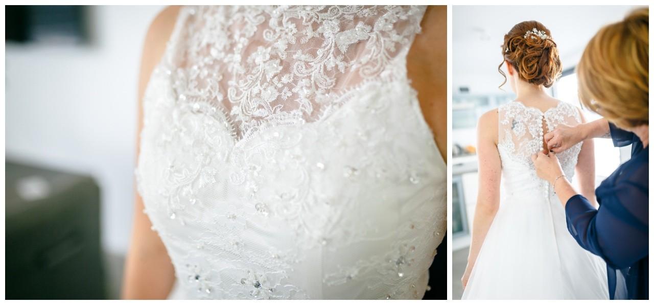 Freie Trauung in der Wipperaue in Solingen die Trauzeugin hilft der Braut ins Kleid