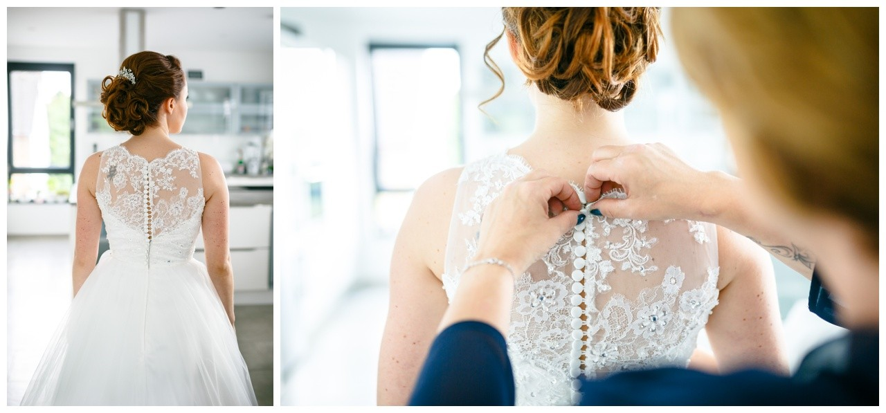Freie Trauung Solingen Getting Ready die Trauzeugin hilft der Braut ins Brautkleid