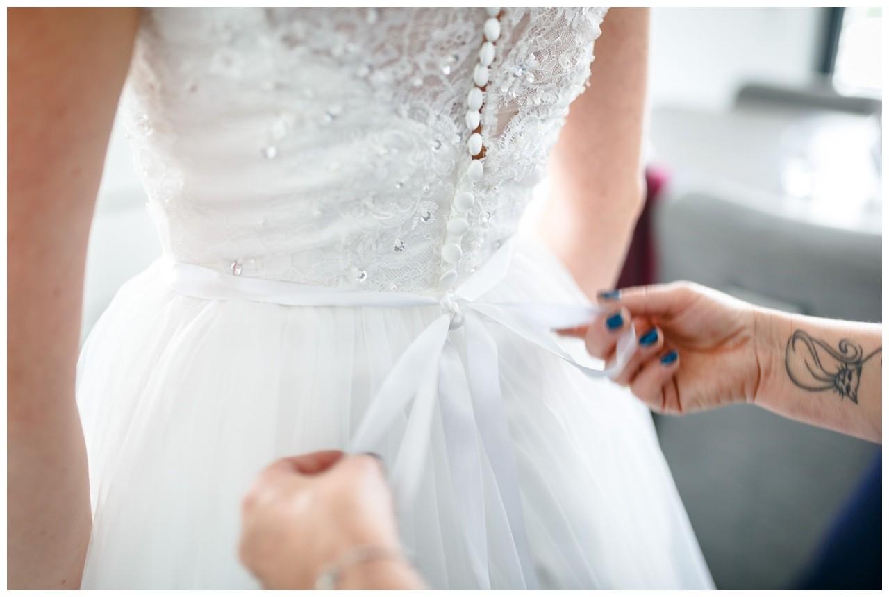 Getting Ready Fotograf Solingen das Brautkleid wird geschnürt
