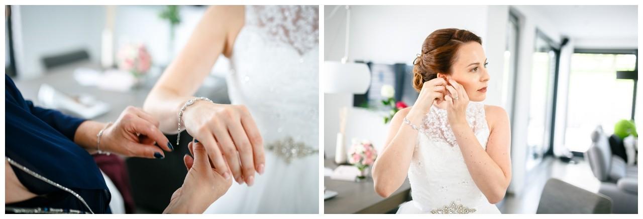 Getting Ready vor der Freien Trauung in der Wipperaue in Solingen die Braut zieht ihren Brautschmuck an