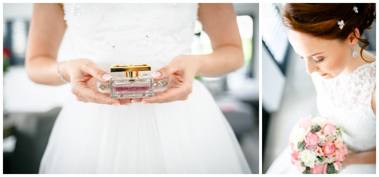 Getting Ready vor der freien Trauung in der Wipperaue in Solingen die Braut hält ihr Parfüm zur Hochzeit