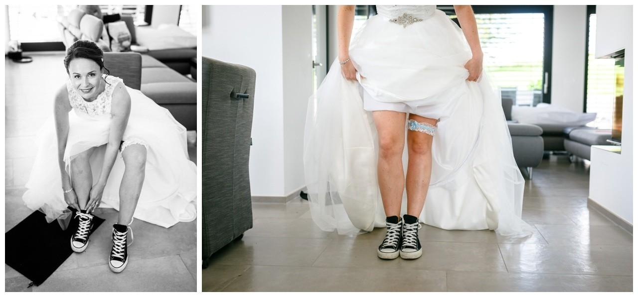 Chucks zur Hochzeit die Braut zieht vor der freien Trauung in der Wipperaue in Solingen ihre Sneaker unterm Brautkleid an