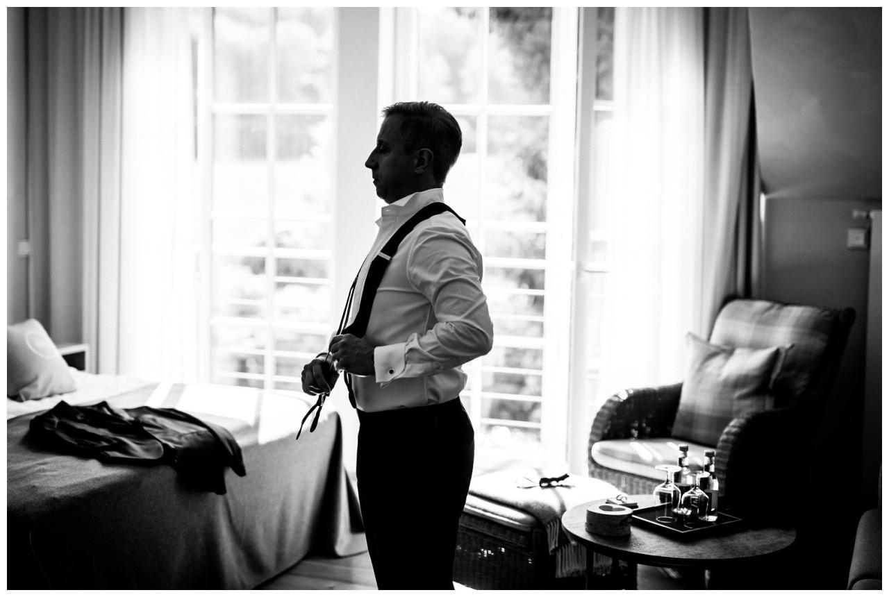 Getting Ready Bräutigam der Bräutigam zieht sich für seine Hochzeit in der Wipperaue in Solingen seinen Hochzeitsanzug an